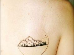 beau tatouage, tatouage femme montagne et cercle, tatouage élégant souss l'épaule
