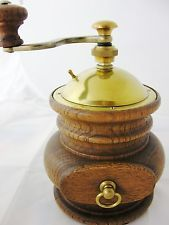 Bauchige Holz Kaffeemühle mit Messing