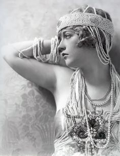 Marion Davies in pearls