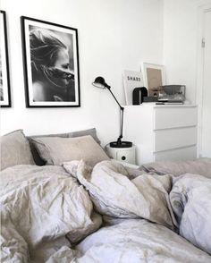 46 cute girls bedroom ideas for small rooms 27 Small Room Bedroom, Cozy Bedroom, Bedroom Inspo, Small Rooms, Home Decor Bedroom, Modern Bedroom, Bedroom Ideas, Dream Bedroom, Master Bedroom