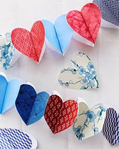 DIY Paper love Heart Garland for valentines day, anniversary party, wedding or just for a teenager bedroom Diy Tumblr, Valentine Day Crafts, Be My Valentine, Valentine Decorations, Diy Crafts For Kids, Arts And Crafts, Origami, Paper Heart Garland, Ribbon Garland