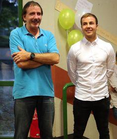 Mario Götze (r.) und sein ehemaliger Fußball-Trainer und heutiger Hausmeister…