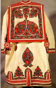 Hungarian shepherd coat, the 'szűr'. The most beautiful male folk costume, I had ever seen! Hungarian Embroidery, Folk Embroidery, Embroidery Patterns, Floral Embroidery, Traditional Fashion, Traditional Dresses, Stitch Head, Chain Stitch Embroidery, Costumes Around The World
