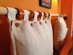Testiera letto con cuscini fatti con due tende e bottoni e anelli in ceramica smaltata