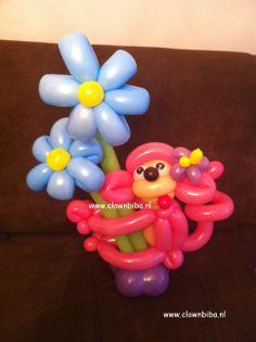 aapje met bloem