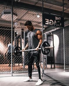 We are just starting 2018 and technology is running faster than ever. I am glad to see Men's Gym Gear helping us on our fitness journey. I am also seeing some cool modern styles of bags, clothing, and accessories for us to look good in the gym. Fitness Man, Sport Fitness, Fitness Tips, Health Fitness, Workout Gear, Fun Workouts, Bodybuilder, Gym Gear For Men, Mens Gear