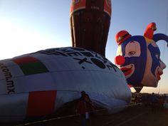 Los globos comienzan a levantarse, falta poco para que despeguen.