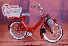Miniature métal vintage Vélo Solex rougesur Retro Wheels http://www.retrowheels.fr/miniatures-2-roues/300-miniature-metal-vintage-velo-solex-rouge.html