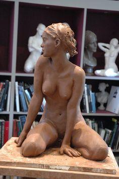Béatrice Bissara | http://www.beatricebissara.com/ - female kneeling sculpture