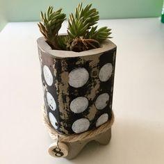 Macetero de 11 x 7 cms. de cemento pintado a mano y envejecido. Para cactus o plantas pequeñas. Fabricado con un molde de alimentación enteral reciclado. Se puede personalizar con cualquier color o dejarlo en el cemento natural.