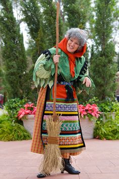 Befana is an old woman who delivers gifts to children throughout Italy on Epiphany Eve (the night of January in a similar way to Saint Nicholas or Santa Claus. Christmas In Italy, Cottage Christmas, Italian Christmas, Little Christmas, Christmas Crafts, Xmas, Best Hawaiian Island, Mona Lisa, Granny Pod