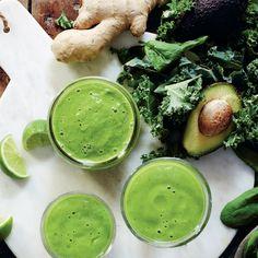 Supernyttig grönkålssmoothie Ingredienser   4 portioner 1 näve grönkål 1 näve babyspenat 1 avokado 1 pressad lime 2-3 cm färsk ingefära, skalad 1 banan 1 äpple 2 dl apelsinjuice vatten efter önskad konsistens