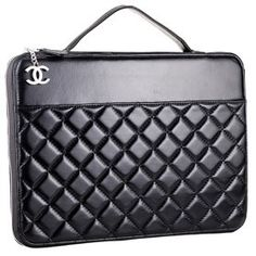Compact and chic, this Chanel laptop sleeve is sure to steal the hearts of many in terms of both looks and utility Burberry Handbags, Chanel Handbags, Women's Handbags, Coco Chanel, Chanel Jumbo, My Bags, Purses And Bags, Accessoires Divers, Parfum Chanel