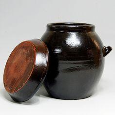 옹기 Fermenting Jars, Animal House, Ceramic Pottery, Tattoo Inspiration, Still Life, Stoneware, Oriental, Porcelain, Woodworking