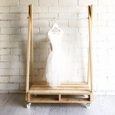 Ce MINI mobile de stockage est construit à partir issus de contreplaqué et pin de style industriel. C'est la bonne hauteur pour les enfants pour afficher spécial robes ou costumes ou définir ce qu'il faut porter. La base et les rails sont laissés au naturels pour une finition moderne. Choisir une barre de métal et les roulettes métalliques correspondants ou une barre blanche transversale avec roulettes blanc. Le porte-vêtement MINI est : HAUTEUR de palette de RAIL de 600mm Le RAIL hauteur…