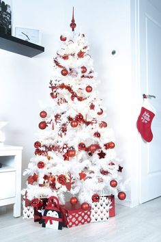 37 Awesome White Christmas Tree Designs for Colorful Christmas tree; White Christmas Tree With Red, White Artificial Christmas Tree, Ribbon On Christmas Tree, Christmas Tree Design, Beautiful Christmas Trees, Colorful Christmas Tree, White Christmas Tree Decorations, Blue Christmas Decor, Red Christmas