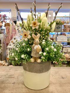 Easter Flower Arrangements, Easter Flowers, Diy Flowers, Spring Flowers, Floral Arrangements, Happy Easter Bunny, Easter 2020, Easter Table, Floral Centerpieces