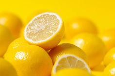 El limón es un cítrico importante que debe estar presente en nuestra dieta diaria, además de aportarnos Vitamina C, que contribuye a la absorción del hierro y a levantar nuestras defensas, es un alimento vital para la desintoxicación de nuestro cuerpo. Y en eso radica su valor para ayudarnos en bajar esos kilos de más en este verano, que ya comienza a intensificarse en varios países de América del Sur. Poder de desintoxicación Esta dieta es muy famosa, porque además de hacernos bajar de…