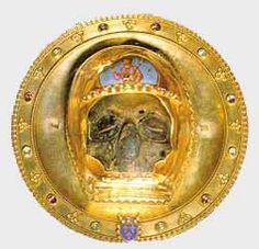 « éclat » d'os crânien, de St- JEAN-BAPTISTE. Ce crâne a été ramené en 1206 lors de la Quatrième croisade par un chanoine de Picquigny, Wallon de Sarton. Le reliquaire est composé, d'une part de cristal de roche du XIIIe siècle, et d'autre part d'une pièce d'orfèvrerie reconstitution du XIXe, faite par l'orfèvre parisien Placide Poussielgue-Rusand, sur base de l'œuvre de Ducange du XVIIe, détruite à la Révolution.