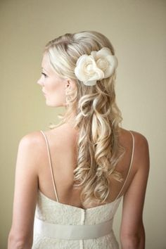 Weddbook is a content discovery engine mostly specialized on wedding concept. You can collect images, videos or articles you discovered  organize them, add your own ideas to your collections and share with other people - Wedding Hair - Half Up Half Down and Curled.