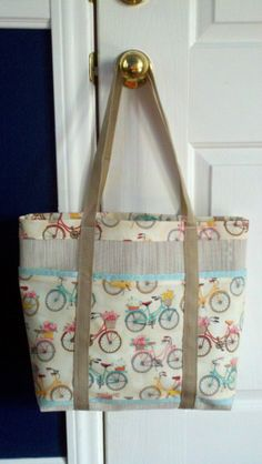 Bicycle Six Pocket Beach Bag made with Pet by PincushionsandBags Crazy Patchwork, Patchwork Patterns, Patchwork Bags, Patchwork Designs, Patchwork Quilting, Bag Pattern Free, Fabric Bags, Strand, Bag Making