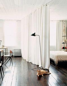 Des rideaux clairs fixés au plafond pour délimiter la chambre de l'espace de travail - Inspiration : 10 bonnes idées Pinterest pour délimiter un espace - Elle Décoration