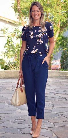 Look de trabalho - look do dia - look corporativo - moda no trabalho - work outfit - office outfit -  spring outfit - look executiva - look de verão  - summer outfit - calça clochard azul navy - blusa estampada- Scarpin nude