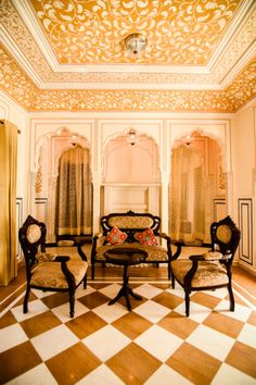 Indulge completely in traditional Indian heritage and spend your nights in dreamy pink Jaipur in the family owned Royal Haveli. The Royal Heritage Haveli is … Indian Bedroom Decor, Indian Home Decor, Indian Architecture, Ancient Architecture, Drawing Room Design, Indian Interiors, Heritage Hotel, Bungalow House Design, Indian Homes