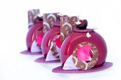 Petits gâteaux griottes/ Pâte sucrée amande/ Biscuit amandes griottes/ Confit griottes/ Mousse dragées/ Décors chocolat/ Glaçage miroir violet