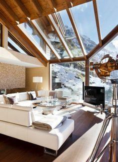Une maison rustique avec fenêtre de toit