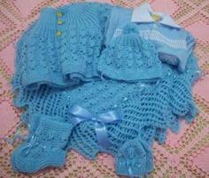 Saída  de Maternidade   Receita:  Tricô da Vanda   PARA FAZER ESTA SAÍDA DE BEBE ELA US OU  3 NOVELOS DA LÃ SUPER BEBÊ   ag. 3.5... Baby Boy Knitting Patterns, Knitting For Kids, Baby Patterns, Knit Patterns, Crochet Baby, Knit Crochet, Crochet Butterfly, Bebe Baby, Baby Socks