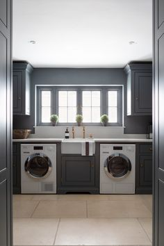 Boot Room Utility, Utility Room Designs, English Country Kitchens, Large Open Plan Kitchens, New Kitchen Designs, Closed Kitchen Design, Kitchen Ideas, Laundry Room Inspiration, Kitchen Confidential