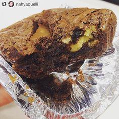 #Repost @nahvaquelli with @repostapp ・・・ Sessão sem glúten: brownie de doce de leite da www.casamantom.com.br . Maravilhosoooo! Obrigada, @analauracasagrande por ter me apresentado hahaha 😘. #thebestbrownie #experimente #chocolat #delicia #instadaily #dujour #casamantom #browniecasamantom #brownie #cacau #docedeleite #nozes #intenso #tradicional #vinhodoporto #olegitimo #glutenfree #semgluten