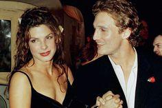 """En images: Sandra Bullock, la girl next door devenue """"Plus belle femme au monde"""" en 20 ans"""