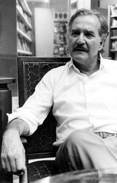 Carlos Fuentes Macías (1928-2012), escritor, intelectual y diplomático mexicano, uno de los autores más destacados de su país y de las letras hispanoamericanas, autor de novelas como La región más transparente, La muerte de Artemio Cruz, Aura, Cambio de piel y Terra Nostra. Premio Príncipe de Asturias de las Letras, 1994.