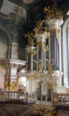 The pipe organ, Mozart played in Prague. ♪ ♥ ♪ ♫ ♪ ♥ ♪