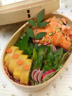 Twitter from @kumaizumi 本日のお弁当■海苔鮭三つ葉チラシご飯、卵焼き、アスパラのおかか和え #obentoart #obento