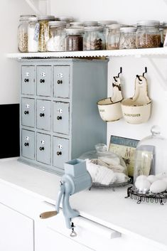 3 Nice Clever Ideas: Modern Vintage Home Decor Country vintage home decor turquoise shabby chic.Vintage Home Decor Shabby Cabinets modern vintage home decor industrial loft.Vintage Home Decor Romantic Country Style. Vintage Kitchen Decor, Shabby Chic Kitchen, Shabby Chic Homes, Country Kitchen, French Kitchen, Decoration Shabby, Shabby Chic Decor, Chabby Chic, Cozinha Shabby Chic