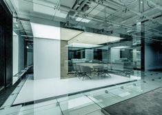 Miroirs au mur, plafonds de verre etlabyrinthe de lumière réfléchie,c'est le résultat de cette incroyable transformation des bureaux de SOHO à Shanghai p