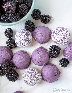 NO-BAKE keto cake balls! EASY to make. These Blackberry Cake Balls are so rich and delicious, you'd never guess they're healthy! (Sugar-Free, Dairy-Free, Paleo & Vegan, too! Desserts Keto, Healthy Dessert Recipes, Real Food Recipes, Keto Recipes, Healthy Blackberry Recipes, Paleo Sweets, Ketogenic Recipes, Keto Snacks, Plated Desserts