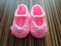 Miminkovské bačkůrky Ručně háčkované botičky z dětské vlny. Jsou příjemně měkké. Botičky jsou doplněné dekoračním knoflíčkem a růžovou stužkou. Délka chodidla je 9,5 cm. Ocicat, Fur Slides, Slippers, Sandals, Shoes, Life, Fashion, Zapatos, Moda