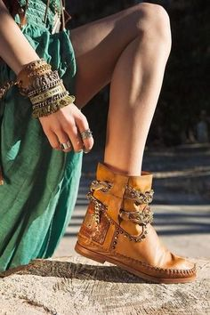 Boho clothes, jewelry and bags have rocked the fashion world. Boho has been immensely popular both with celebrities and with … Fall Fashion Trends, Boho Fashion, Fashion Shoes, Autumn Fashion, Bohemian Boots, Boho Shoes, Boho Hippie, Bohemian Decor, Look Boho Chic