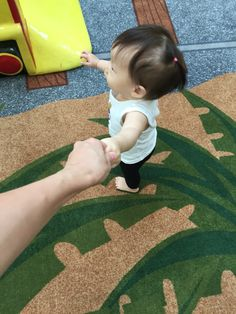 4. 걸어다니겠다고 손 잡아달란다. 손 잡고 여기 저기.