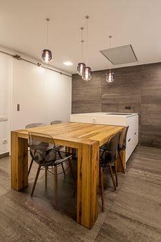 Proyecto de Cocina de Clysa en Molins de Rei, Barcelona. El revestimiento y el pavimento de la cocina es de cerámica, el modelo Cromtech Cool de Floor Gres. #cocinassantos #diseño #mesa