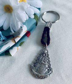 Llavero de la Virgen del Rocío. Hecho a mano. Materiales: acero. 3,99€ #virgendelrocio #souvenirs #elrocio #llaveros #regalos #españa Personalized Items, Steel, Blue Nails, Presents, Hand Made