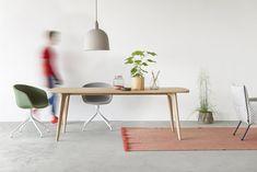 De gestoffeerde AAC stoelen van Hay zijn prima toepasbaar als eetkamerstoel of bureaustoel. Op de foto te zien met onze prachtige Fjord tafel in de Scandinavische stijl. www.houtmerk.nl/Hay-AAC23-binnenzijde-gestoffeerd-kvadrat-remix-zwart-grijs