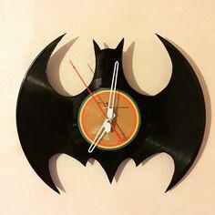 Reloj de vinilo diseño Batman, totalmente hecho a mano usando vinilos reciclados.