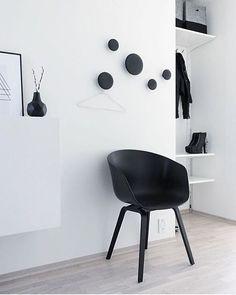 Uma idéia bem bonita de decorar as paredes é colocar cabides ou hangers para pendurar casacos, bolsas, guarda-chuvas, e o que mais for necessário. Para fugir dos tradicionais, uma alternativa linda…