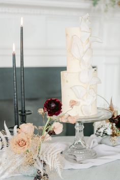 "From the editorial ""A Gadsden House Editorial Teeming With Monochromatic and Modern Elements."" See the full gallery on SMP to pin your favorite details -- including this EPIC textured cake! 🤵‍♂️😍 