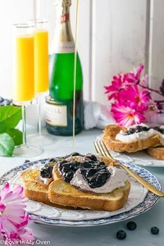 A fancy French toast recipe for those special occasions. A classic French toast paired with Earl Grey whipped cream and an easy blueberry compote! Egg Recipes For Breakfast, Quick And Easy Breakfast, Brunch Recipes, Breakfast Ideas, Fancy French Toast Recipe, Blueberry Compote, Mothers Day Breakfast, Christmas Breakfast, Fruit Recipes